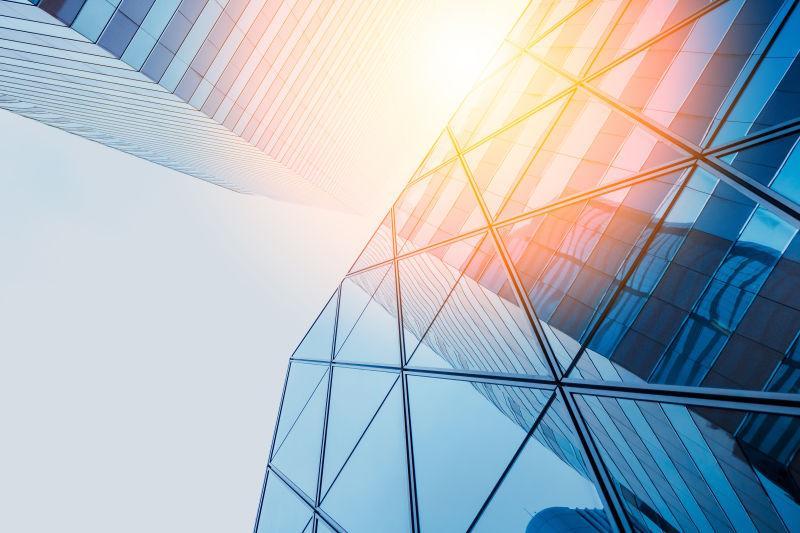 现代商业建筑在阳光下的镜像