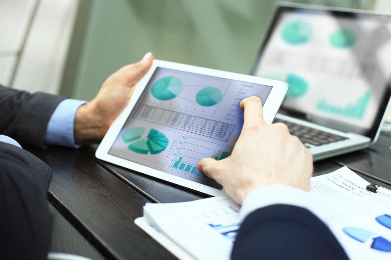 业务人员在平板电脑上进行统计数据分析