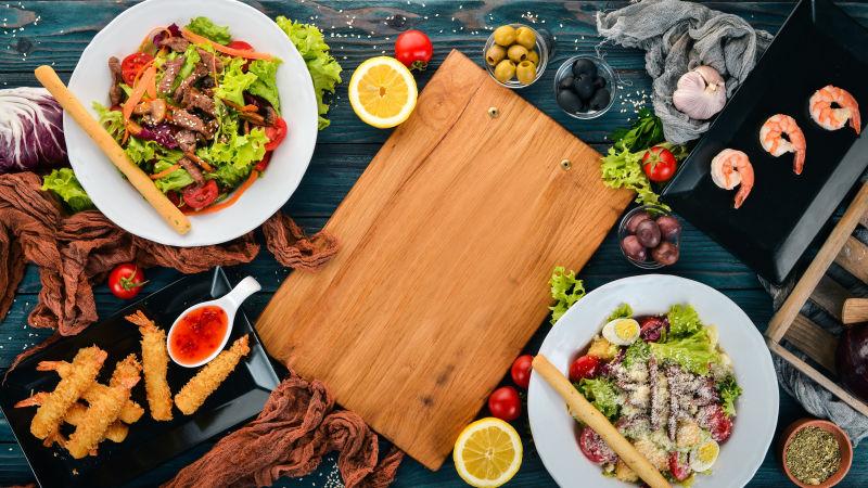 木桌上的各种美食和木砧板