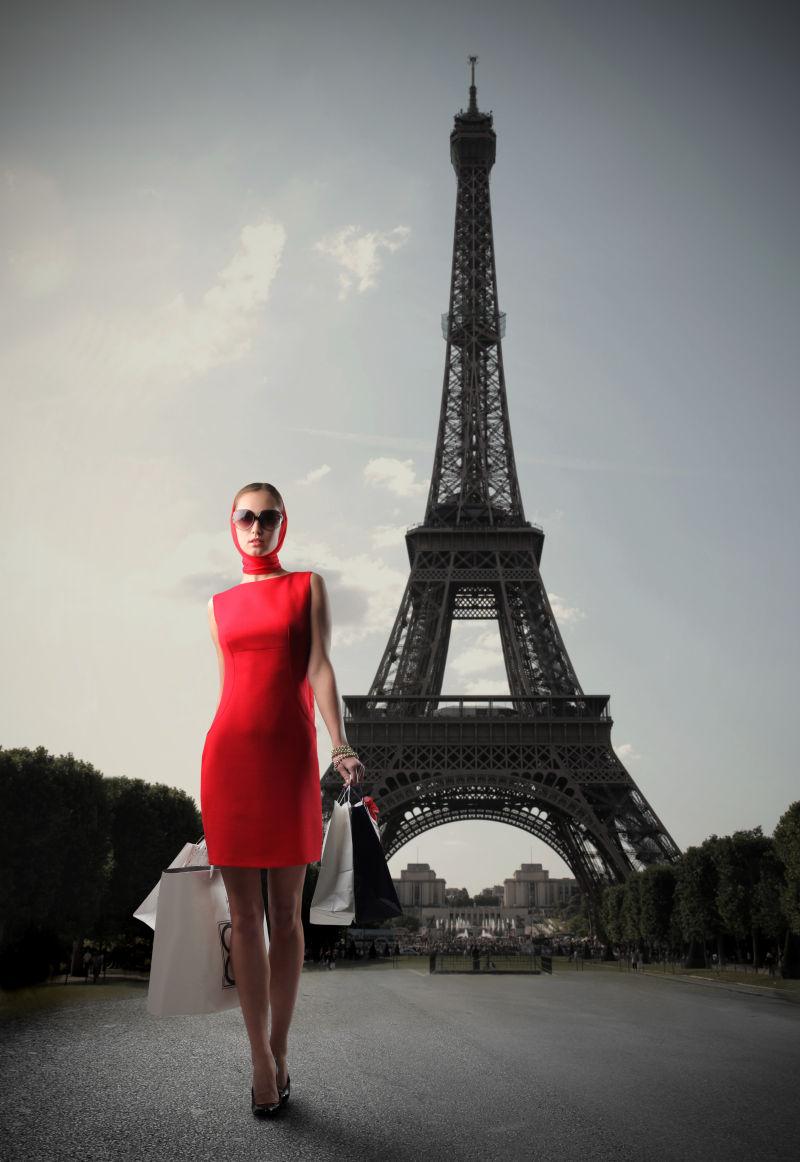铁塔下的红衣美女提着购物袋
