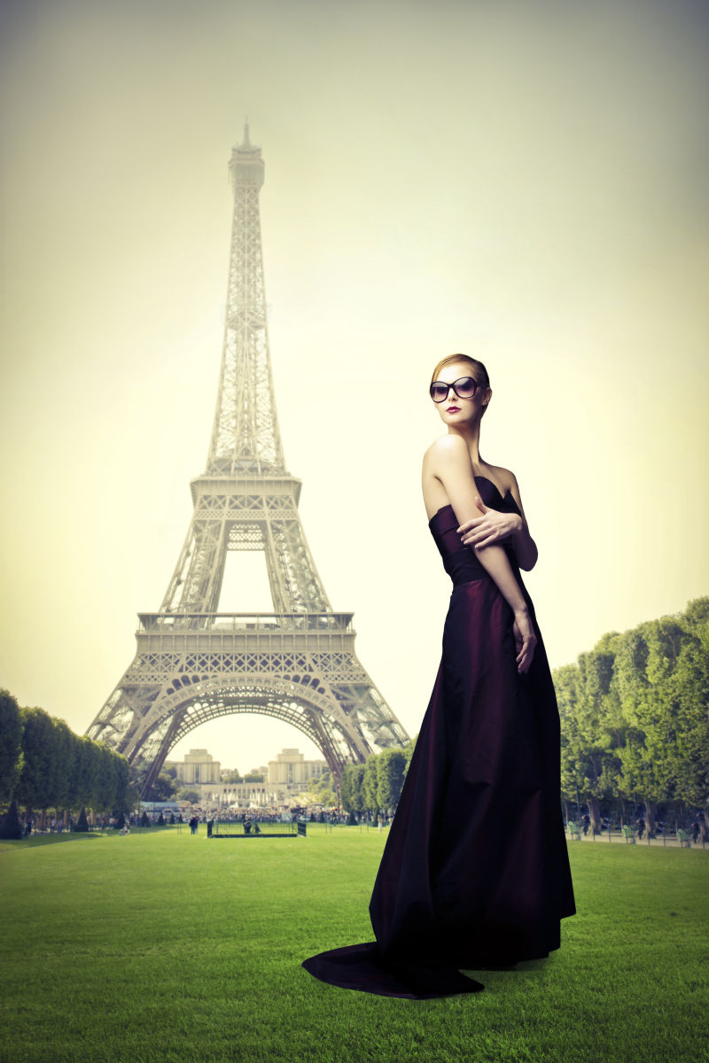 铁塔下戴着墨镜的美女