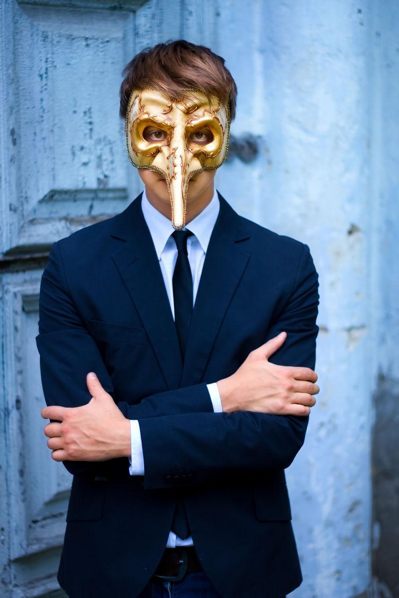 大鼻子威尼斯金面具的商人正严肃地摆姿势