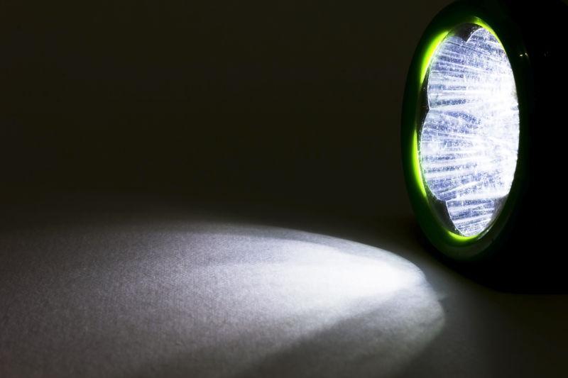 黑暗中手电筒的光