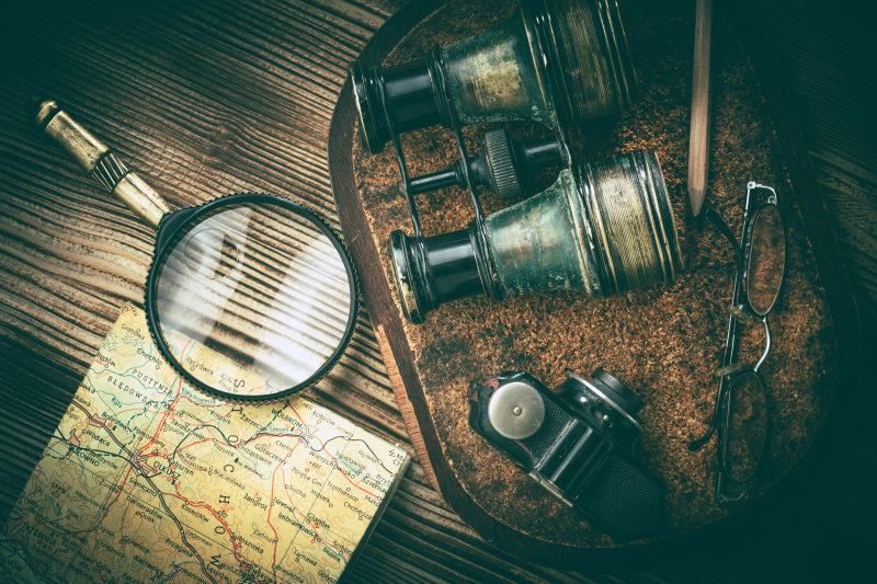 复古旅游望远镜和物品