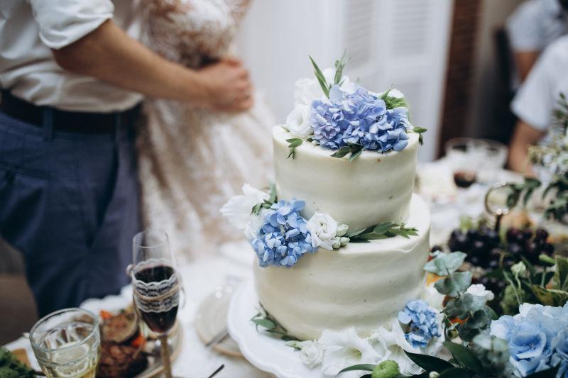蓝白色分层婚礼蛋糕