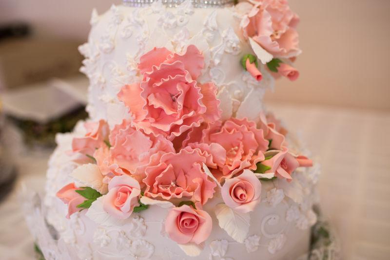 白色带有玫瑰花蛋糕