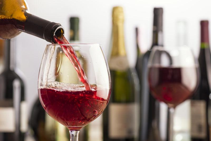 倒入杯中的极品红酒
