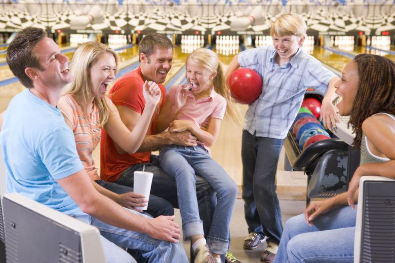 保龄球馆里的快乐的家庭