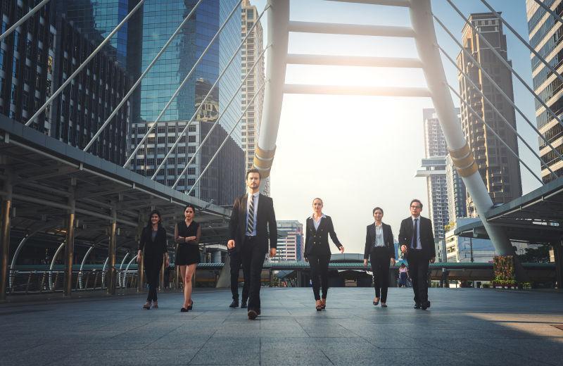 专业商务团队步行室外办公楼背景