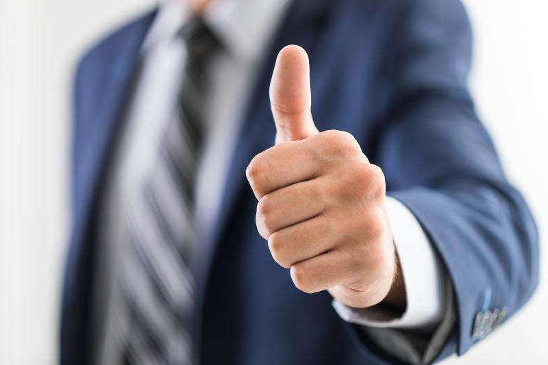 商人展示拇指向上的手势