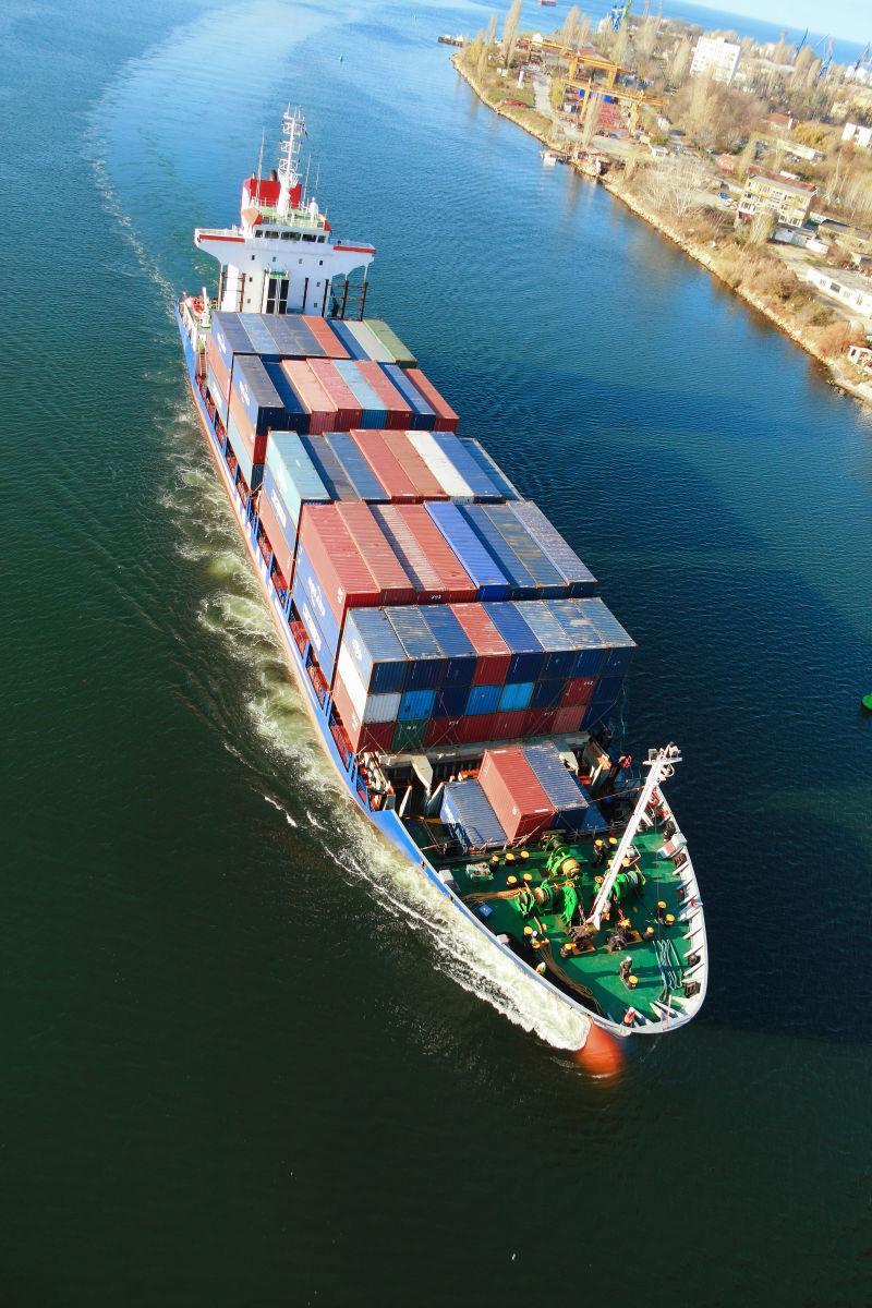 在海面上行驶的装满货物的船俯视摄影