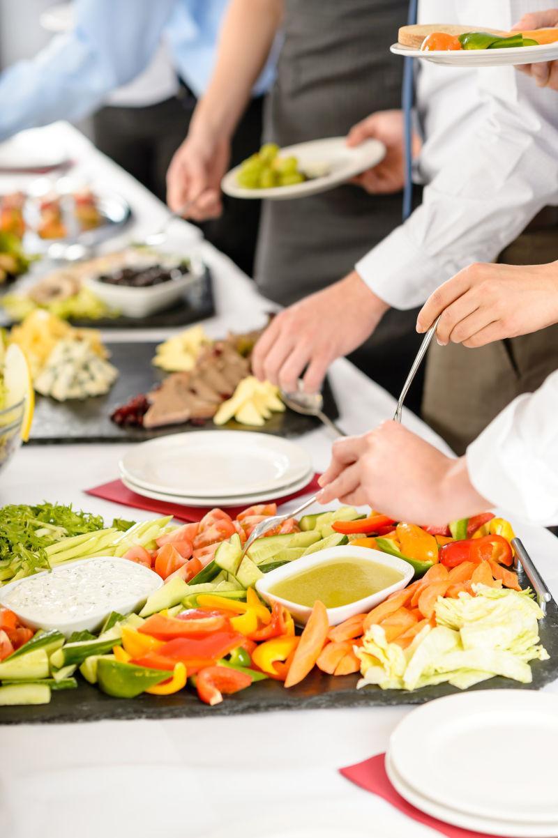 商务宴请人员在公司活动期间吃自助餐