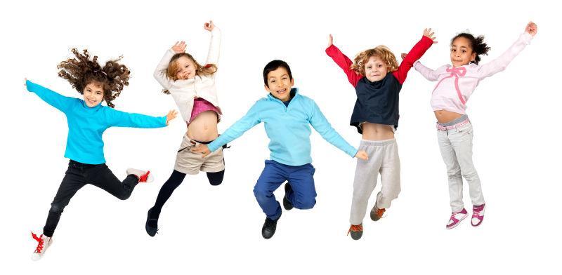一群欢呼跳跃的孩子