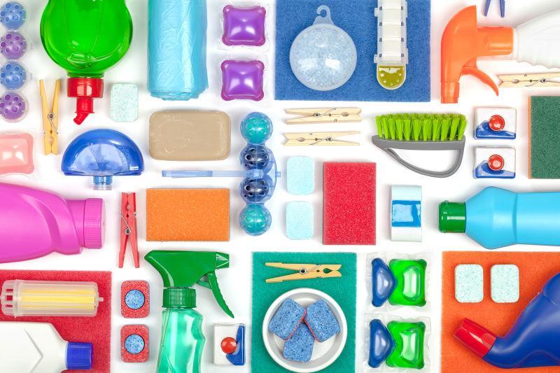 整齐平铺的清洁用品