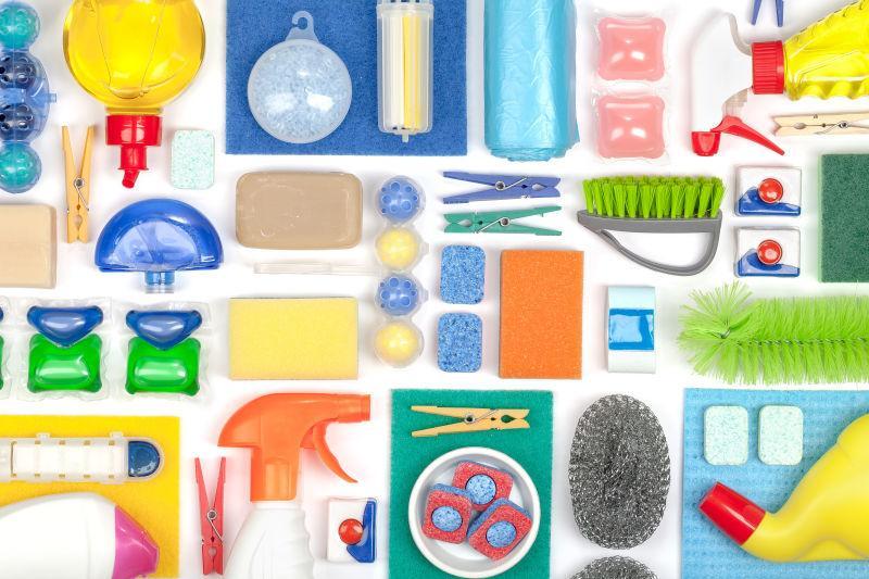 白色木桌上的各种清洁用品
