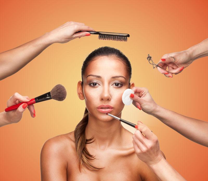 几位美容师为模特化妆