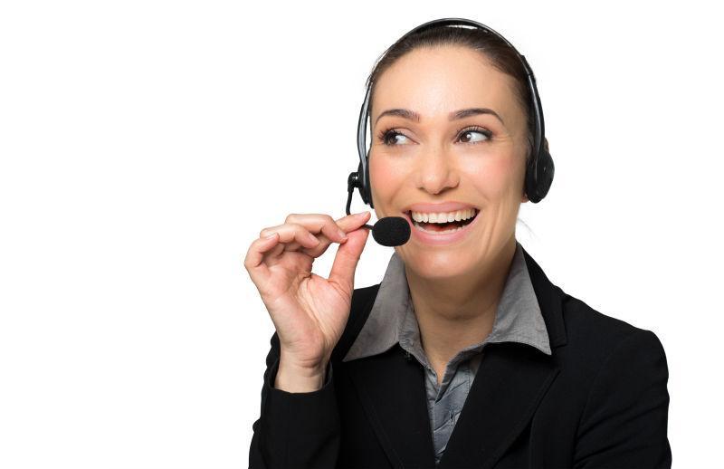 白色背景下带着黑色耳机的呼叫中心女客服