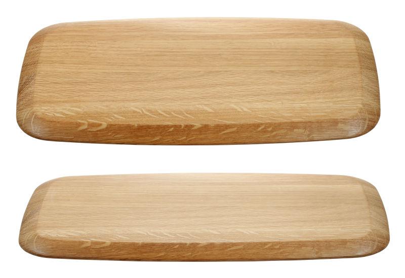 白色背景下的两个木制砧板