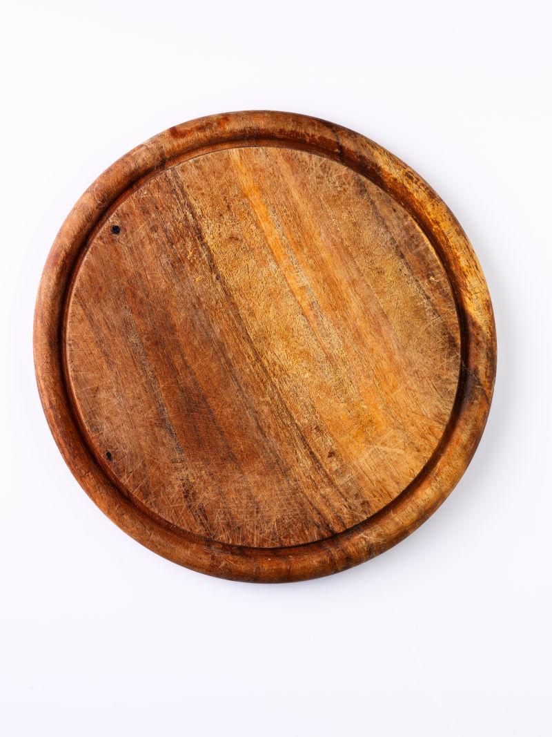 白色背景下的木制砧板