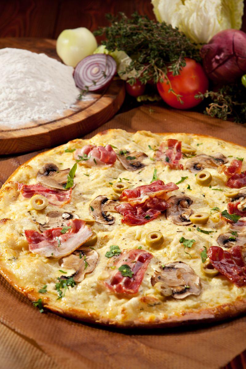 木桌上的培根披萨