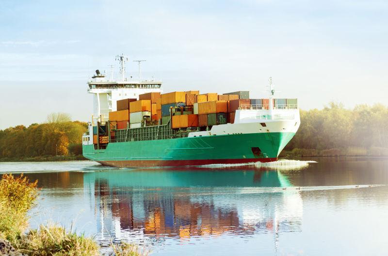 水面上的集装箱船