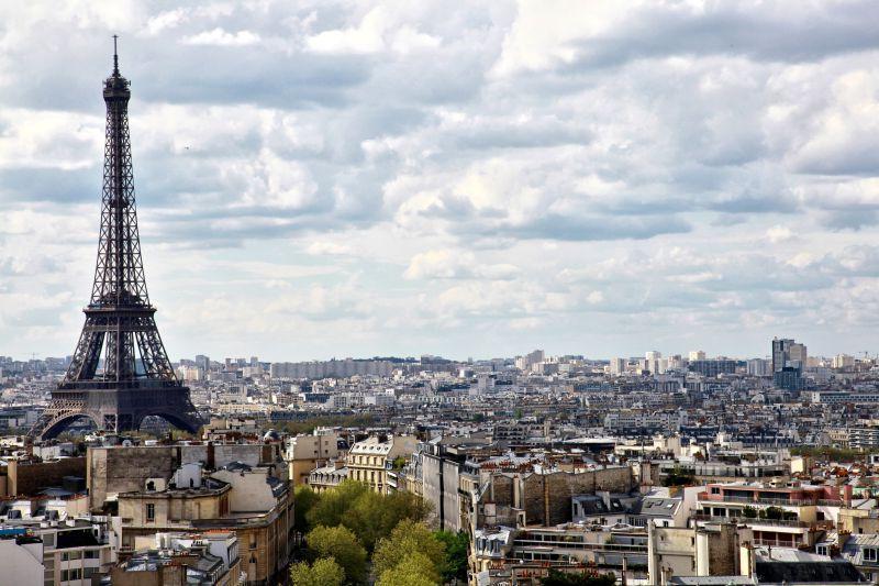 城市中央的埃菲尔铁塔