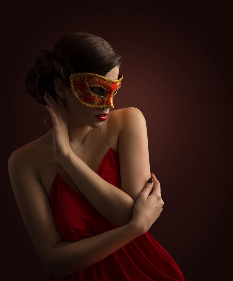戴着红色面具的女孩