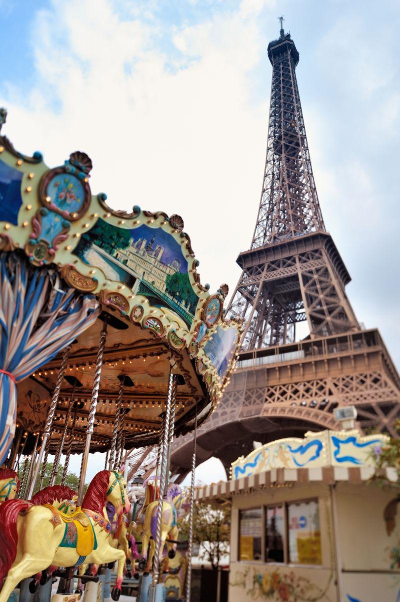 巴黎埃菲尔铁塔旁边的老式旋转木马