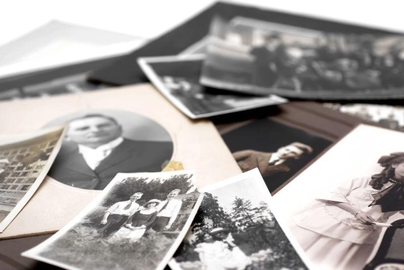 一堆老式家庭照片的特写镜头