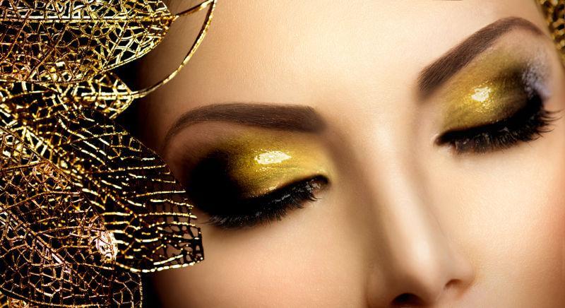 美女模特画着时尚的金色眼妆