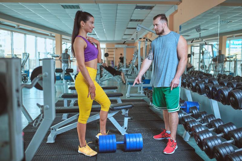 健身房里的教练和美女