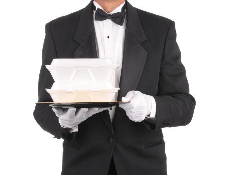 服务员端着托盘上的食物容器