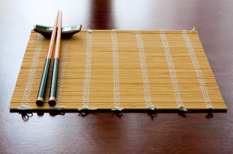 放着筷子的竹子
