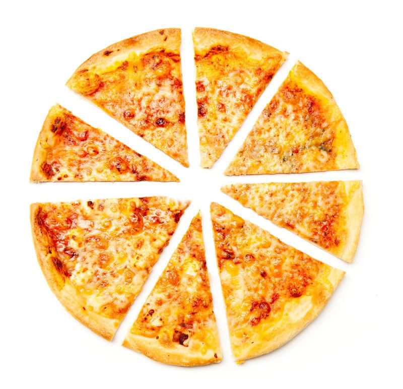 白色背景下奶酪比萨的特写镜头