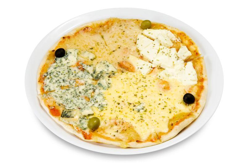盘子里有四块奶酪的比萨饼