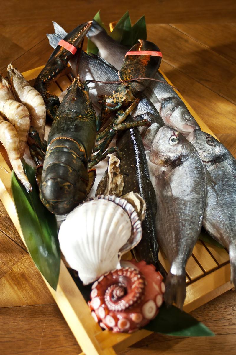 木质板上各种各样的海鲜