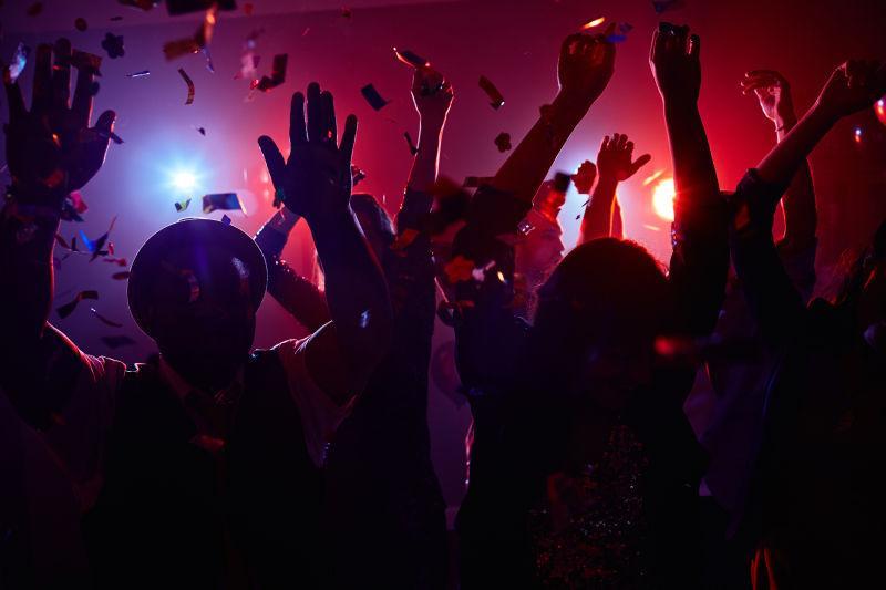 夜总会里迪斯科舞会的年轻人