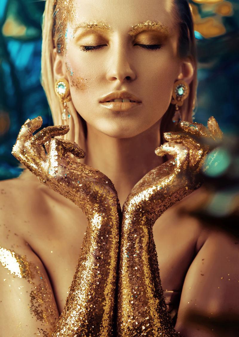 性感金发美女的金色妆容
