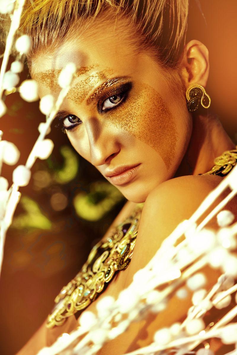 性感女人的金色妆容