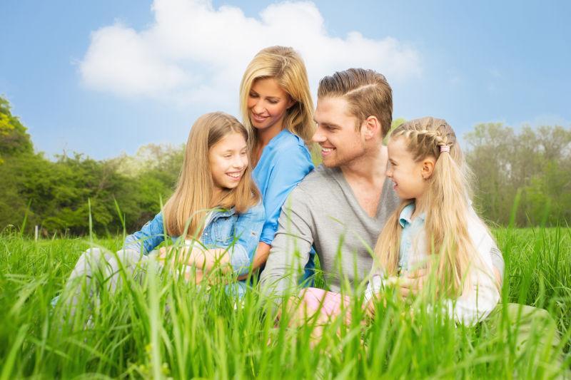 在草丛中的幸福快乐的一家人