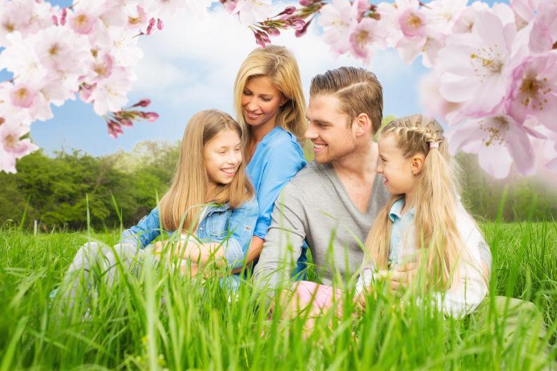 绿色草地上的幸福一家人