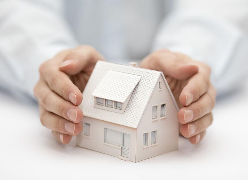 用手覆盖房子财产保险概念