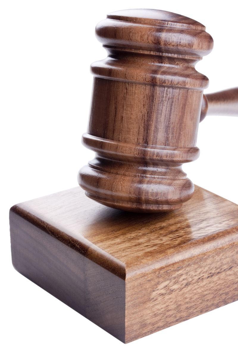 白色背景下在法庭和拍卖中使用的木槌