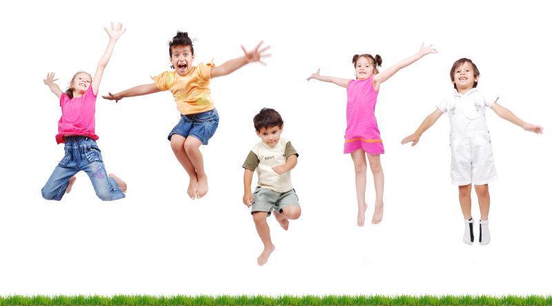 在白色背景上跳跃的孩子们