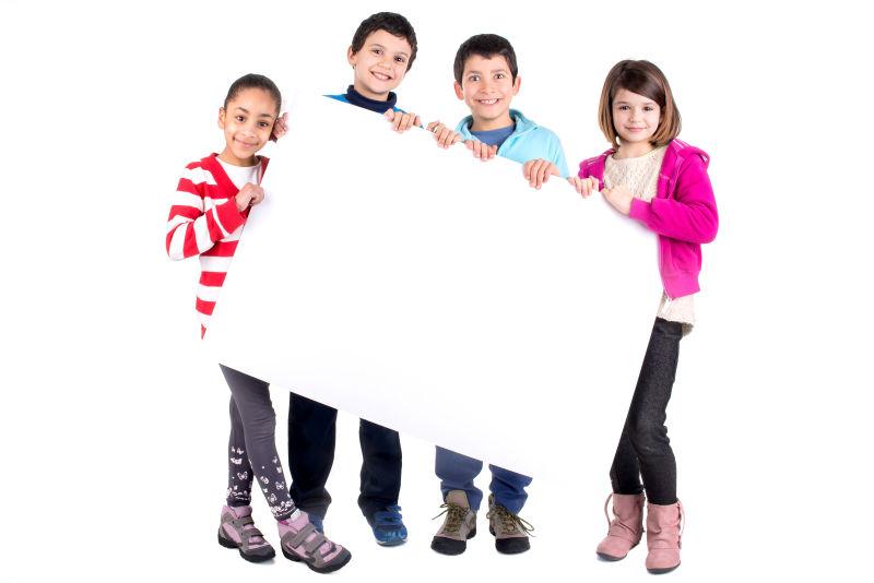 四位孩子拿着白色海报