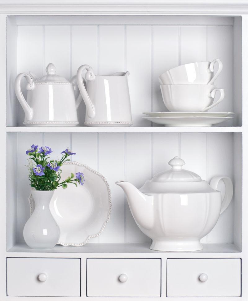 厨房白色的古董餐具