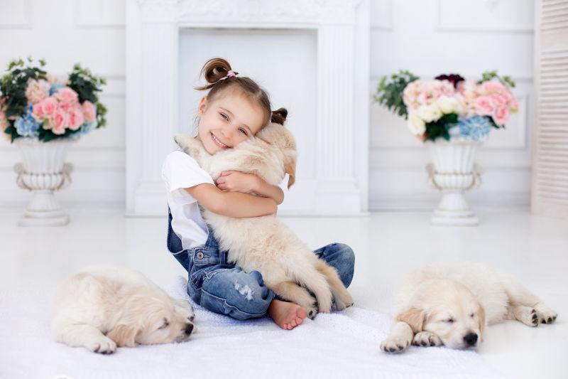 抱着狗狗的小女孩