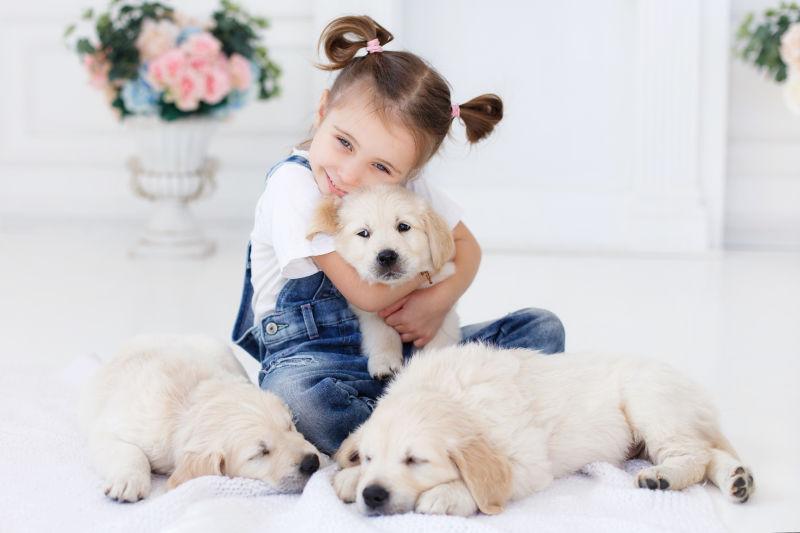 抱着可爱狗狗的小女孩
