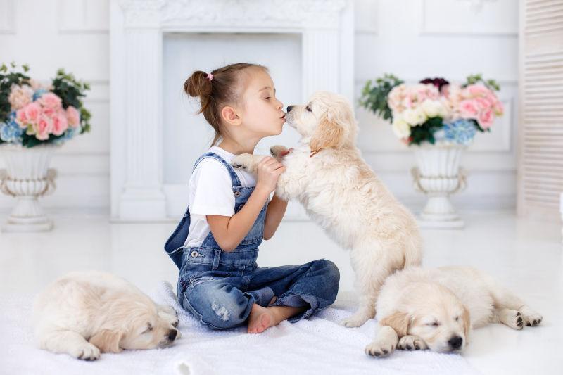 亲吻小狗的女孩