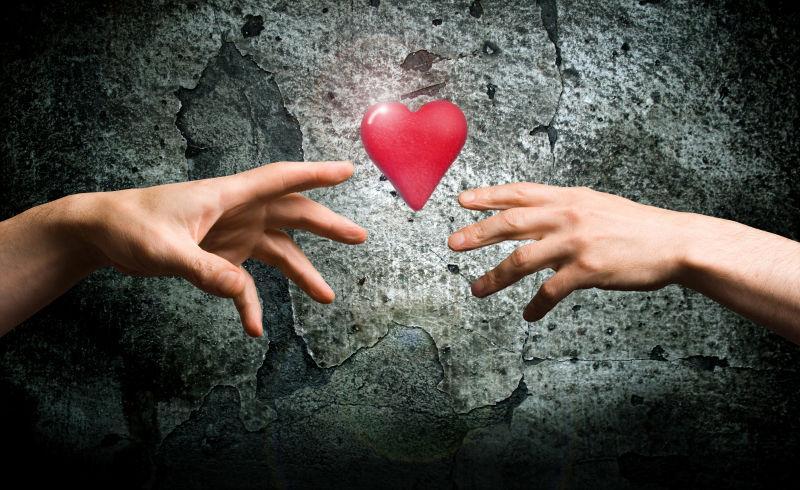 双手伸向心的象征